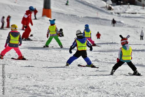 fototapeta na lodówkę Kinder in der Skischule