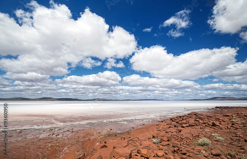 Poster Océanie South Australia – Outback desert with dry Salt Lake Eyre under cloudy sky as panorama
