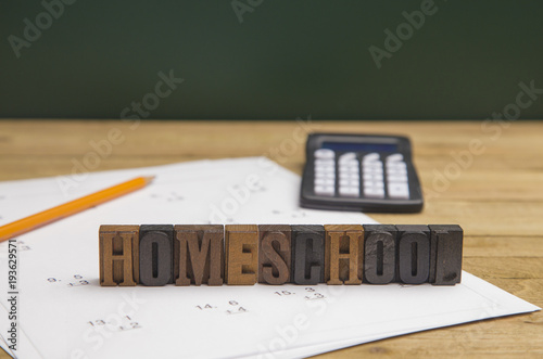 "Fényképezés ""Home School"" Spelled Out with Homework on the Table"