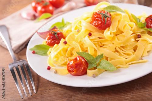 Fotografia  tagliatelle with cherry tomato and basil