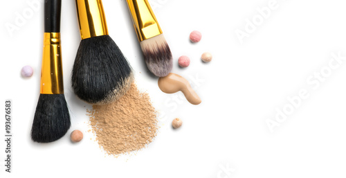 Fotografía  Cosmetic liquid foundation or cream, loose face powder, various brushes for apply makeup
