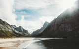 Lofoty Wyspy Horseid plaża morze i góry w Norwegii Krajobraz dzikiej skandynawskiej przyrody widok sceniczny Lato dekoracje - 193684780