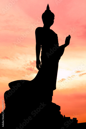 Платно silhouette walking  buddha statue at wat phutthamolthol temple