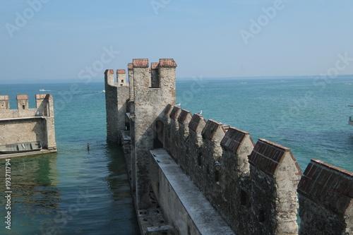 Plakat zamek woda plaża ruina wieża kamienie mur zamkowy mur