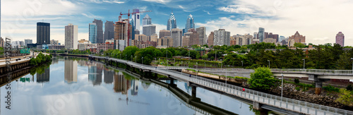 Fotomural  Philadelphia Pennsylvania skyline along the river with walking path