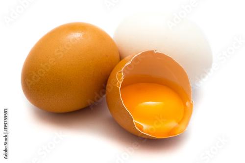 Braunes Ei Hühnerei Eier isoliert freigestellt auf weißen Hintergrund, Freisteller
