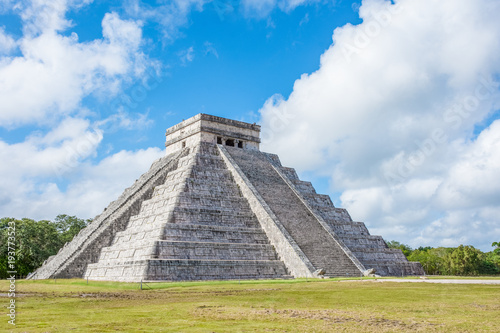 Photo Pyramid  of Chichen Itza Mayan ancient ruins in Yucatan, Mexico