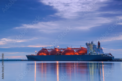 Photo LNG TANKER AT THE GAS TERMINAL - Sunrise over the ship and port