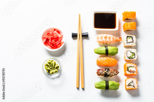 Stickers pour porte Sushi bar Sushi and sushi roll set on white background.