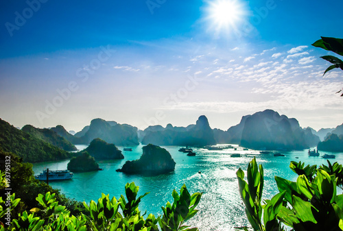 Foto  View on karst landscape by halong bay in Vietnam