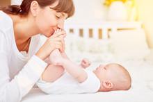 Mutter Spielt Mit Baby Nach Dem Wickeln