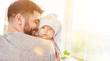 Leinwandbild Motiv Stolzer Vater trägt sein Baby nach dem Baden