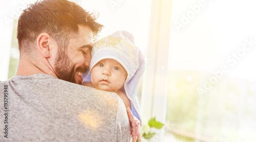 Obraz Stolzer Vater trägt sein Baby nach dem Baden - fototapety do salonu