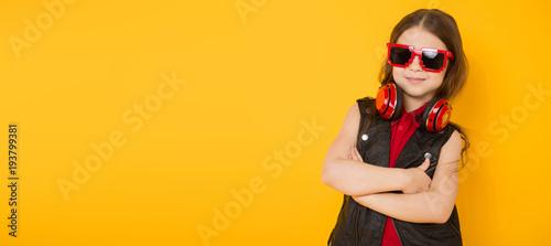 Papiers peints Magasin de musique Little girl in headphones