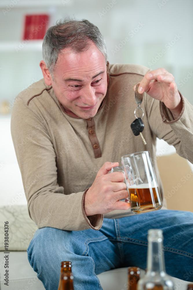 Mature Drunk Man With Car Keys Foto Poster Wandbilder Bei Europosters