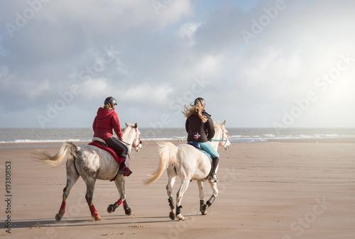 La pose en embrasure Equitation cavalières sur la plage