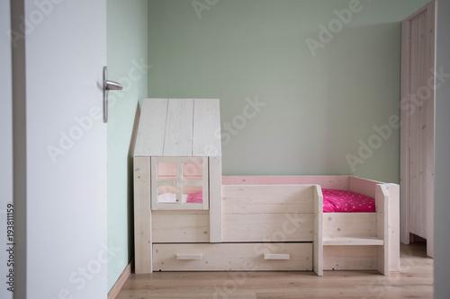 Fotodibond 3D Przytulna sypialnia dziecięca z nowoczesnym drewnianym łóżkiem