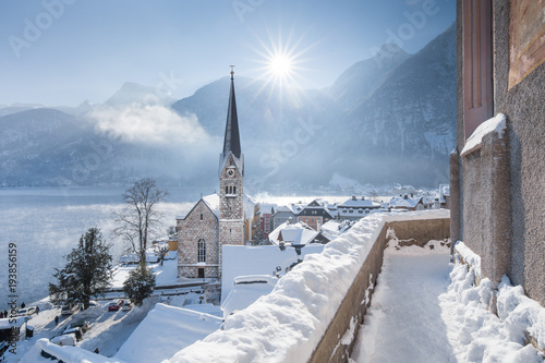 Fotomural Hallstatt lakeside town during winter sunrise, Salzkammergut, Austria
