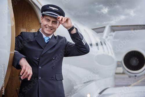 Fotografía  Portrait of happy aviator locating near aircraft