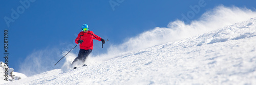La pose en embrasure Glisse hiver Man skiing on the prepared slope with fresh new powder snow.