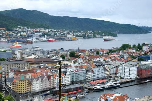 Foto op Canvas Scandinavië Stadt Bergen in Norwegen - Panorama Ansicht mit Hurtigruten Schiff und Askøy Brücke im Hintergrund