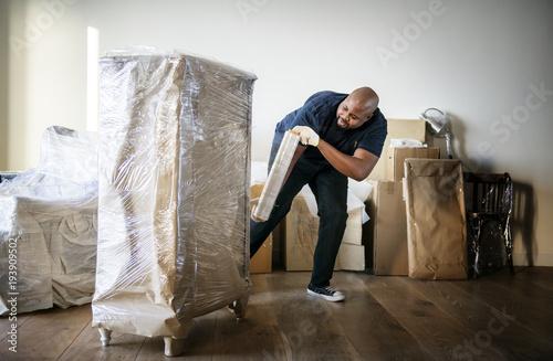 Pinturas sobre lienzo  Black man moving furniture