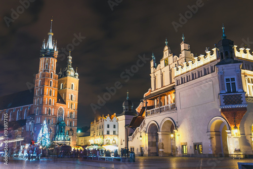 Poster Cracovie Night view of Main Market Square in Krakow, one of the most beautiful city in Poland