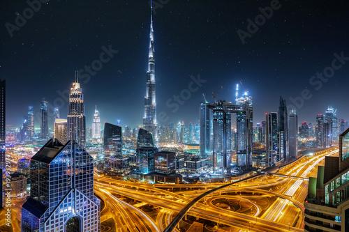 Fotobehang Dubai Blick auf die Skyline von Dubai bei Nacht mit Sternenhimmel