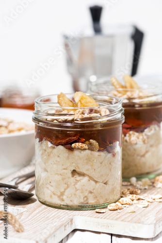 Zdjęcie XXL słodki pudding owsiany z dżemem i banany, zbliżenie pionowe