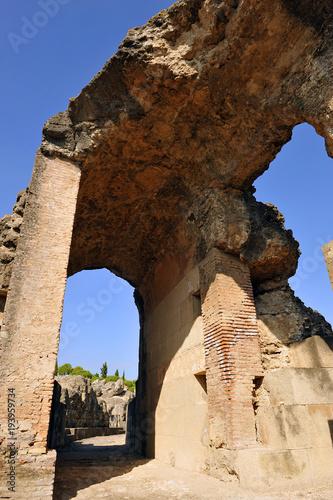 Ruinas monumentales del anfiteatro de Italica, antigua ciudad romana en Santipon Poster