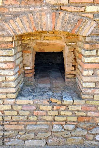 Foto  Boca de un horno de pan en Italica, antigua ciudad romana cerca de Santiponce, p