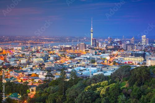 Poster Nouvelle Zélande Auckland. Cityscape image of Auckland skyline, New Zealand taken from Mt. Eden at dusk.