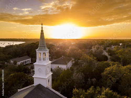 Fotografia Aerial view of historic church steeple and sunset in Beaufort, South Carolina