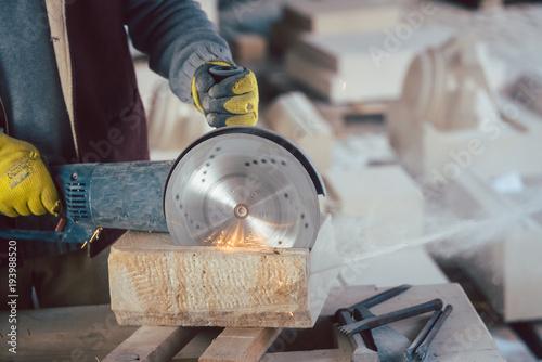 Steinmetz schneidet Stein mit der Steinsäge