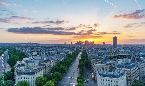 Photo  Sunset skyline of Paris with la defense and roofs