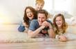 Familie liegt zu hause im Wohnzimmer