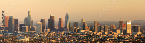 Poster Los Angeles Los Angeles Panoramic Skyline Sunset. Seen from behind the Griffith Observatory in Griffith Park in February 2018.