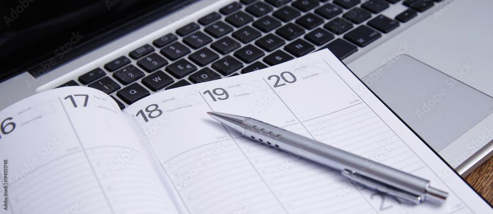 Fototapeta Einen Termin in den Kalender eintragen
