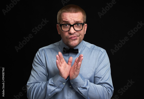 Photo Confused casual man in spectacles.