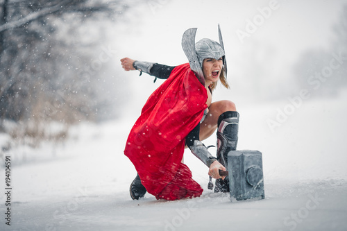 Photo Furious woman in image of Germanic-Scandinavian God of thunder and storm