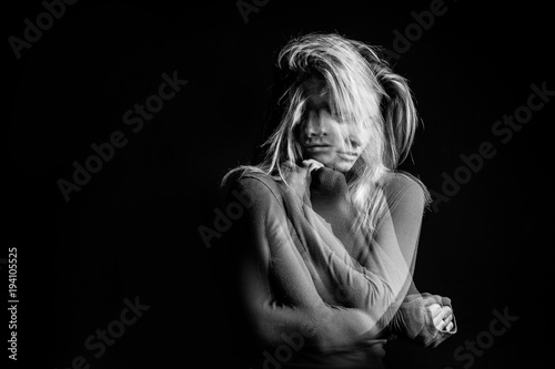 Fotografia Emotional dreamy woman portrait triple Multiple exposure black and white photo