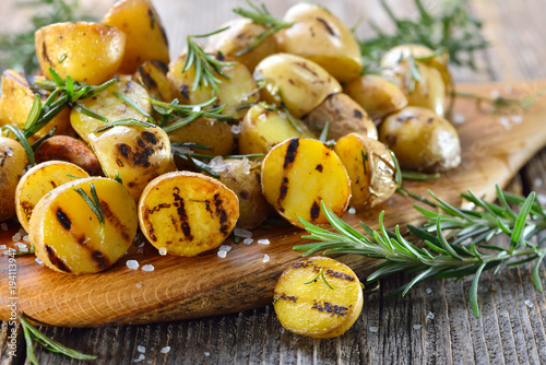 Spoed Foto op Canvas Kruidenierswinkel Vegan grillen: Kleine Rosmarin-Kartoffeln (Drillinge) vom Grill - Baby potatoes with rosemary from the grill