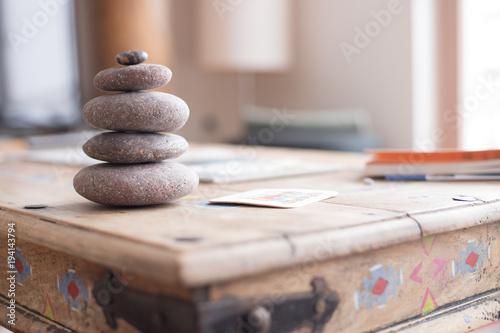 Fotografía  Steinmännchen auf Holztisch in Wohnzimmer, Feng Shui
