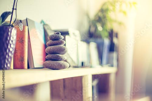 Steinmännchen auf Bücherregal in Wohnzimmer, Feng Shui - 194144580