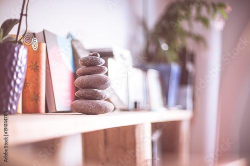 Fotografía  Steinmännchen auf Bücherregal in Wohnzimmer, Feng Shui