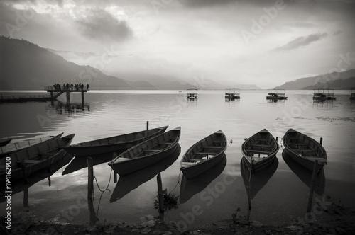 jeziorny-phewa-z-drewnianymi-lodziami-w-nepal