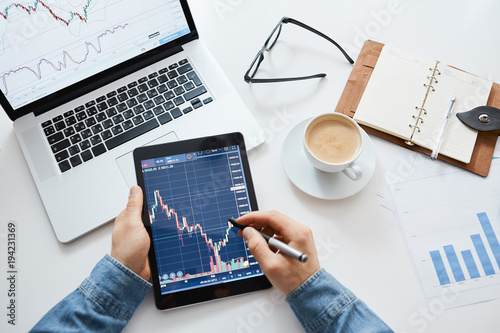 Fotografía Investor watching the change of stock market on tablet.