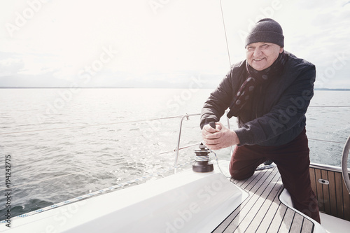 Fotomural Aged man on sailboat