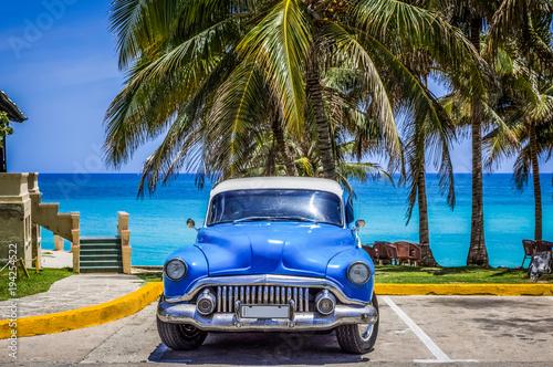 Fotobehang Cubaanse oldtimers HDR - Amerikanischer blauer Oldtimer mit weissem Dach parkt am Strand von Varadero Kuba - Serie Cuba Reportage