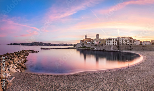 Foto op Plexiglas Kust Panoramic view of Antibes on sunset from Plage de la Gravette, French Riviera, France